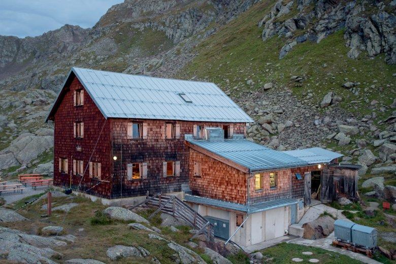 The Bremer Hütte as night falls.