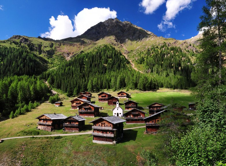 The Oberstalleralm with its huts and chapel in the Villgratental Valley. (c) TVB Osttirol/Armin Bodner
