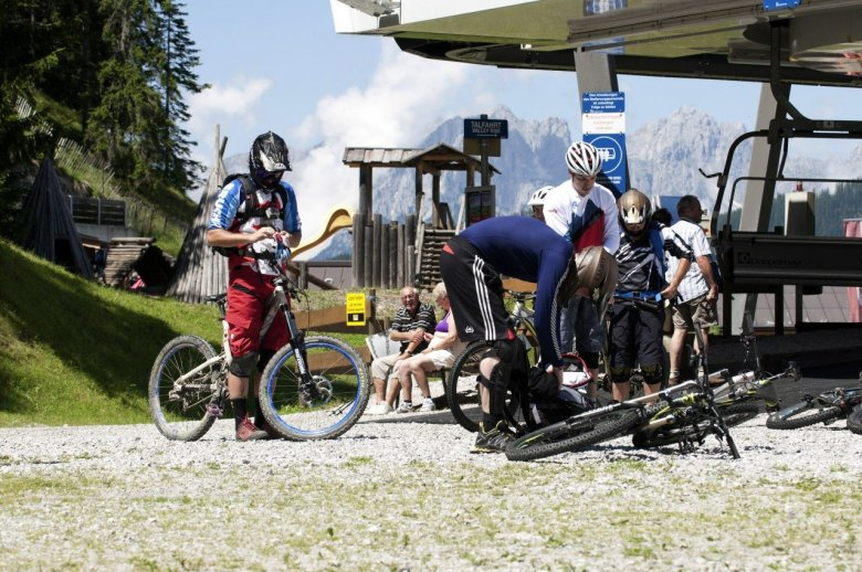 Mountainbikers at the top of the four-man chairlift leading up onto the Gaisberg mountain. , © Tirol Werbung, Michael Werlberger