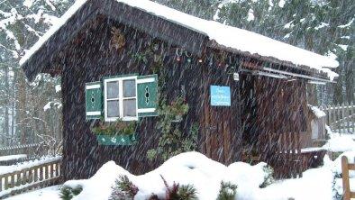 Holzhütte bei Schneefall