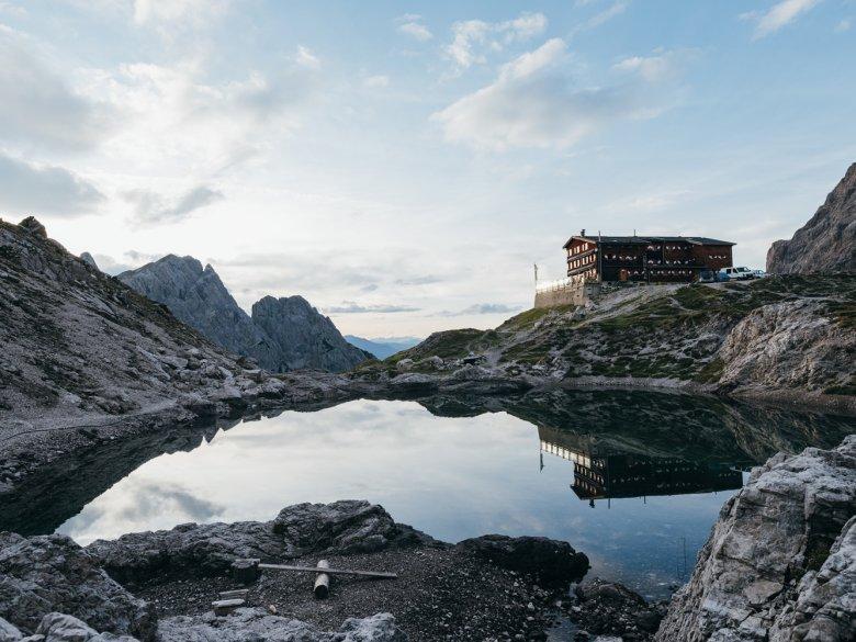 Karlsbader Hut on the shores of Laserzsee Lake. , © Alpin Plattform Lienz / Sam Strauss Fotografie