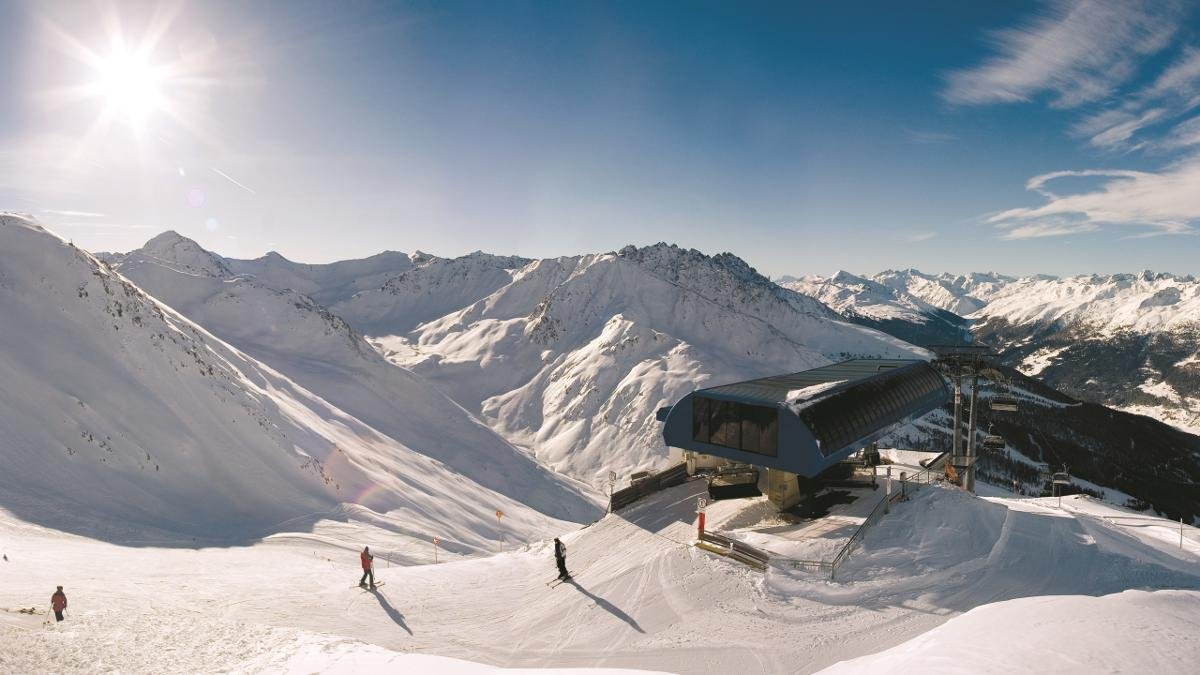 """Visitors to the """"Skiparadies Reschenpass"""" can experience skiing and snowboarding in both Austria and Italy. This wintersports area straddling the Reschenpass regularly receives top ratings., © Nauders"""