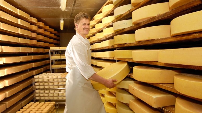Cheesemaker Hubert Rendl with exquisitely crafted Alpbachtal Hay-Fed Raw Milk Cheese, © Alpbachtal Tourismus