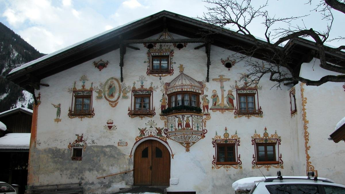 The frescoes painted on three traditional farmhouses in Kauns tell of the turbulent struggle between Emperor Maximilian and Wiesejaggl the poacher. The buildings used to belong to the Burg Berneck castle and today house families., © Kaunertal Tourismus