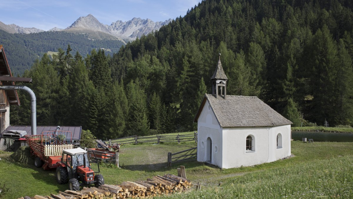 The Kapelle am Hof chapel dates back to 1690 and has a high altar which is much older., © Tirol Werbung/Lisa Hörterer