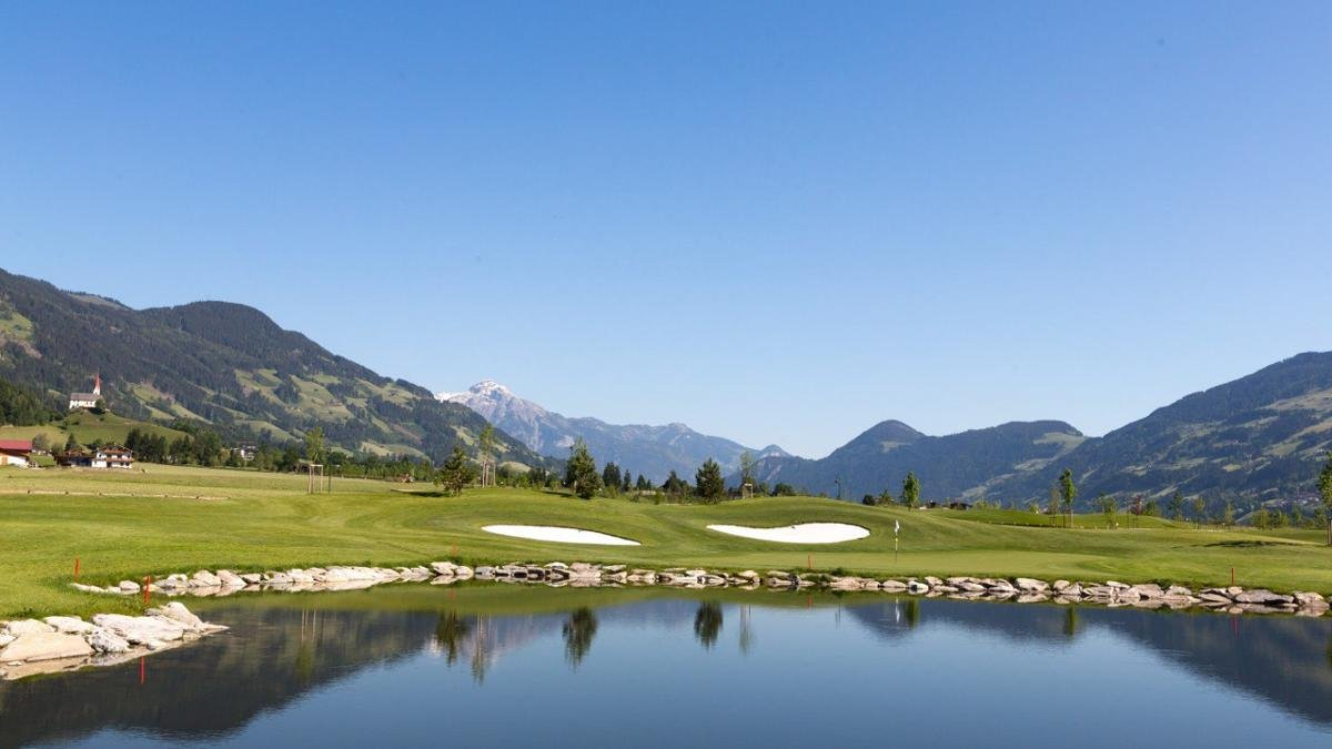 Fruit orchards on one side, ponds on the other and 360° views of the Zillertal Alps – the Golfclub Zillertal-Uderns offers beginners and experts alike a memorable golfing experience on its 18-hole course., © Golf Alpin