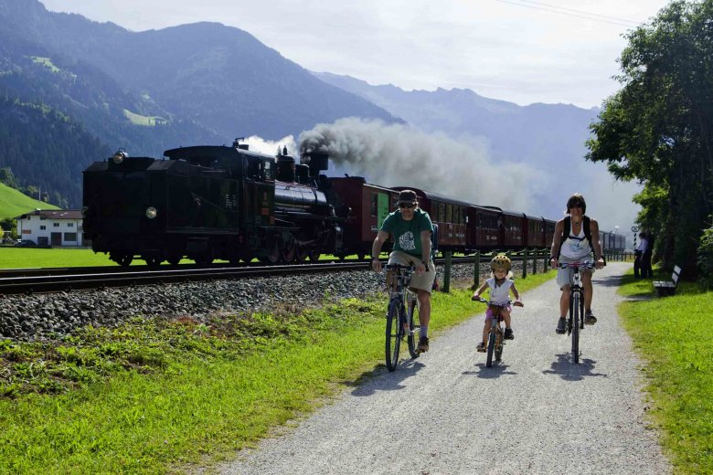 A perfect adventure for families: Get aboard a historic steam-powered narrow gauge railroad into scenic Zillertal Valley and ride a bike along the Zillertal Cycle Path for the return trip. (Copyright: Zillertal Tourismus, Florian Schneider)