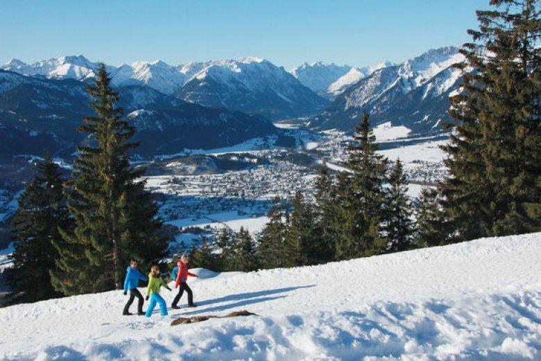 Winter hikers in the Lechtal Valley. (Photo Credit: Eisenschink)