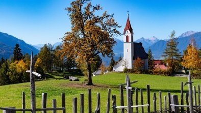 Pfarrkirche Mösern im Herbst, © Olympiaregion Seefeld