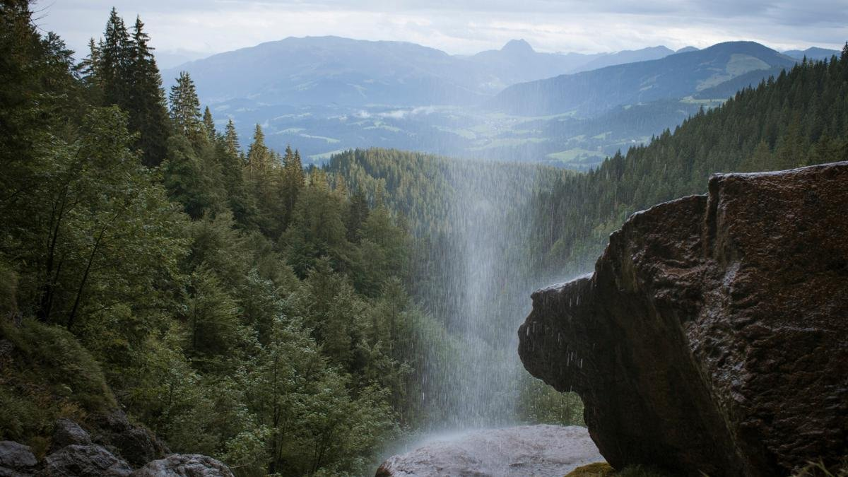 """Known simply as the """"Schleier"""" in the rock climbing scene, the Schleierwasserfall near Going is a 60m high waterfall with 150 climbing pitches and is also popular with hikers., © Tirol Werbung/Jens Schwarz"""