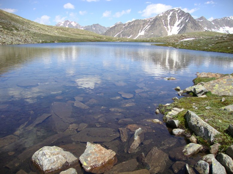 On your left and on your right, the trail passes two tarns that reflect the surrounding summit blocks on clear days. (Photo: Michael Gams, Tirol Tourist Board)