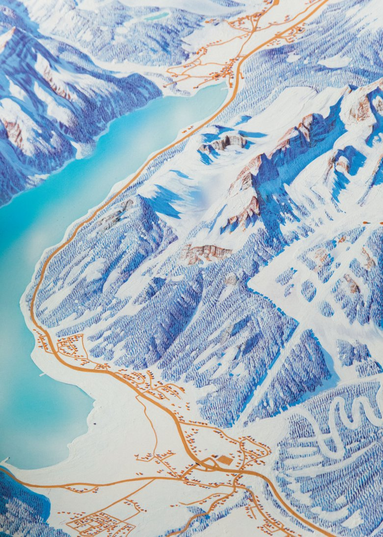 Bird's eye view of Lake Achensee and the Rofan Mountains. Pistes and ski huts are usually inserted later by the tourism associations. Incidentally, Heinz Vielkind finds snow boring to paint. Trees are much better suited to represent the topography.