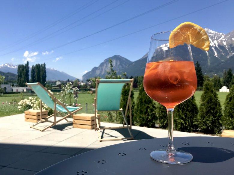 Enjoy the drinks with a view. , © Hostel Marmota Innsbruck