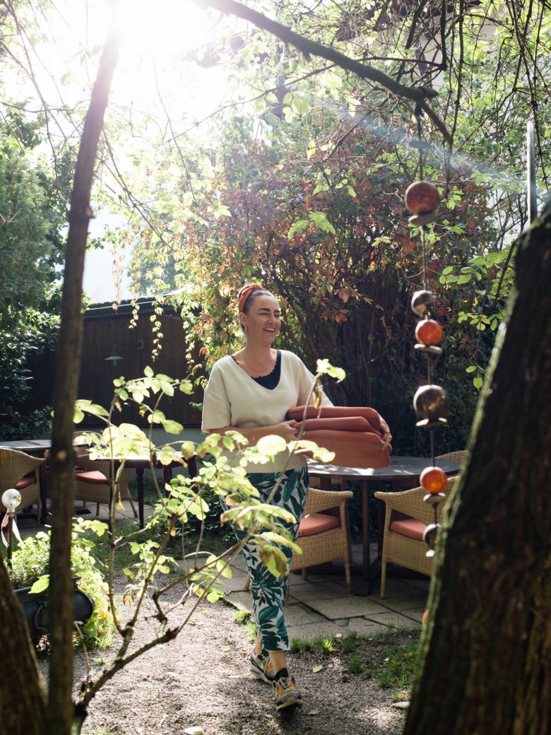 Katrin Steindl in the garden. , © Tirol Werbung / Nicolas Hafele