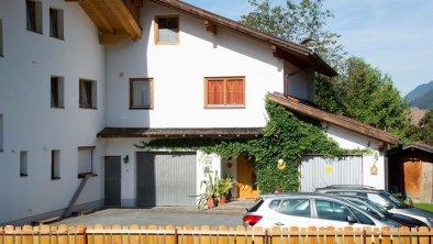 Haus Ostseite mit Parkplatz